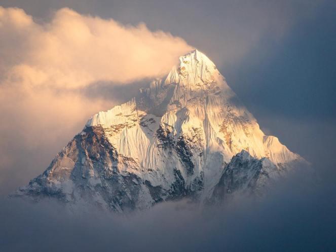 Le sommet de l'Ama Dablam (6 818m), dans la chaîne de l'Himalaya 🏔  Daily #Inspiration. 📷 by Pierre Meyer Photography.jpg